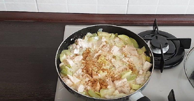 сковорода с мясом и кабачками