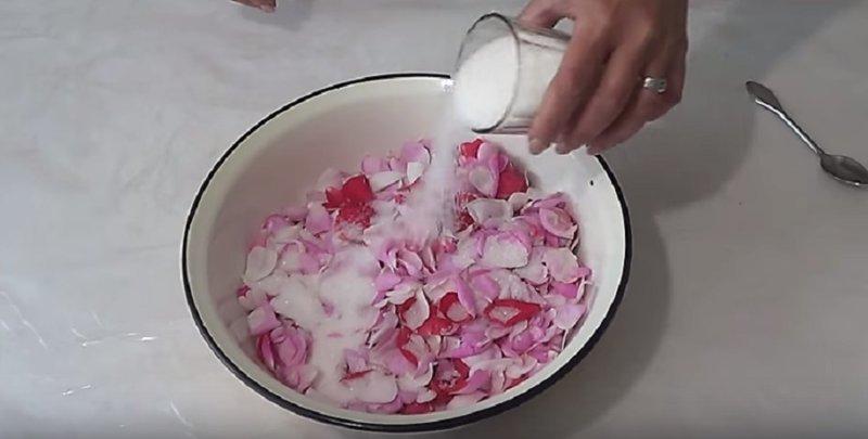 кладем сахар к розам