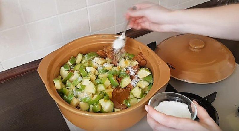 добавляем кабачки в кастрюлю