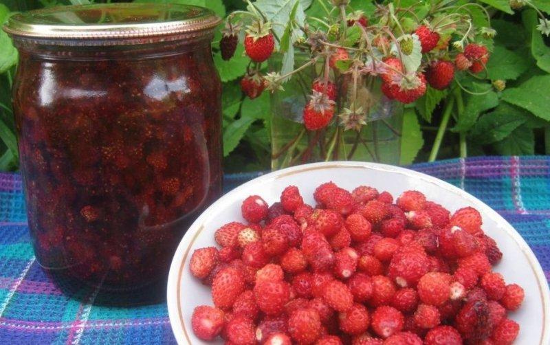 ягоды и варенье из земляники