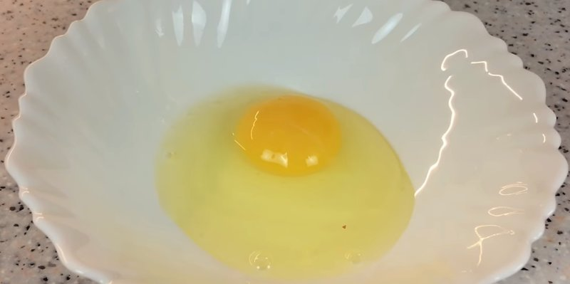 яйцо в тарелке