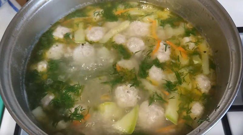 кладем зелень в суп