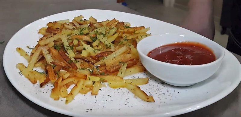 жаренная картошка с соусом