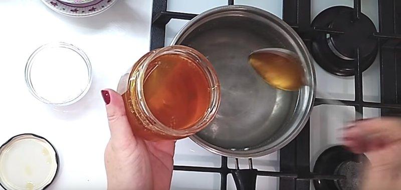 кладем в маринад мед