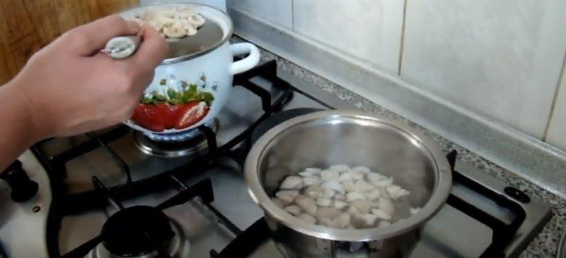 грибы кладем в маринад