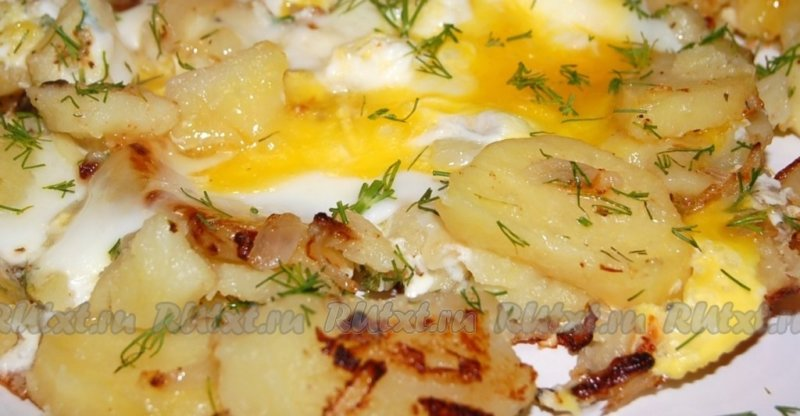 картошка на тарелке с яйцами