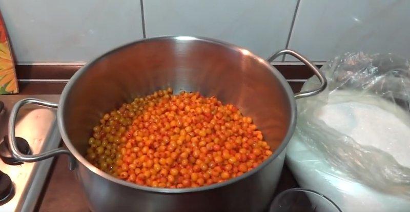 ягоды облепихи в кастрюле