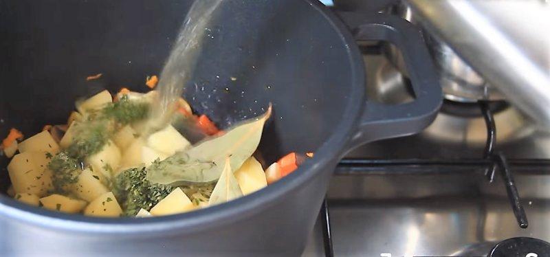 варим суп в кастрюле