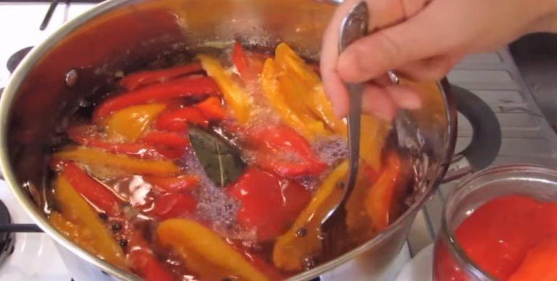 половинки перца в кастрюле