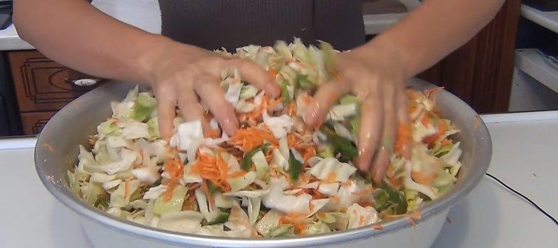перемешиваем овощи с капустой
