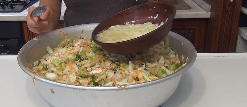 выкладываем лук к овощам