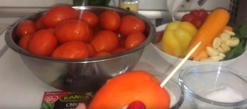 накалываем томаты палочкой