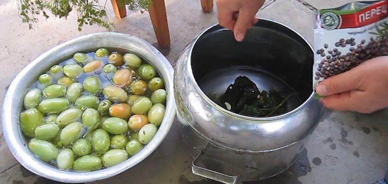 загружаем кастрюлю помидорами