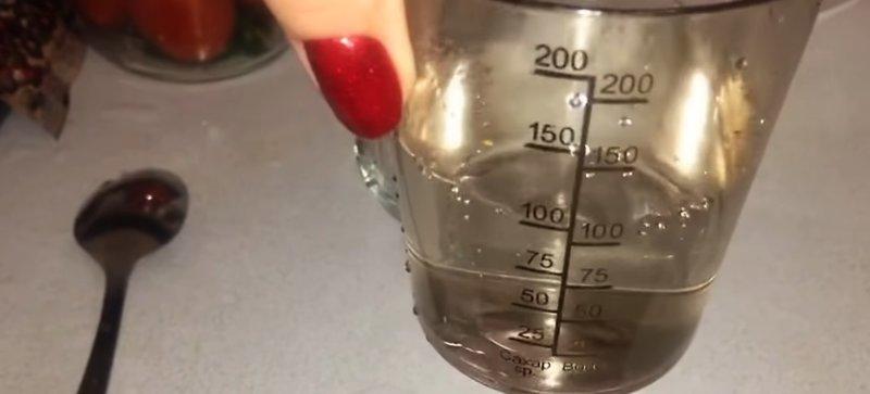 уксус в стакане