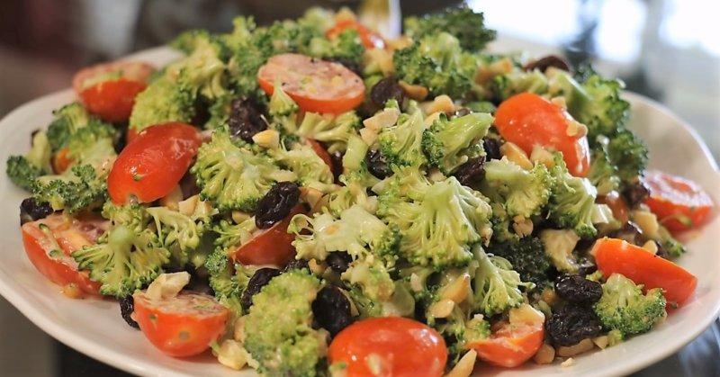 салат из брокколи с помидорами черри