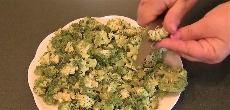 нарезаем мелко брокколи