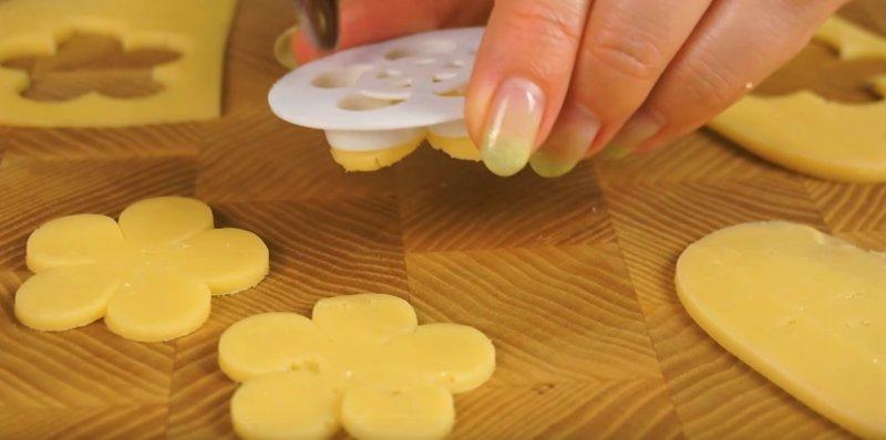 вырезаем цветок из сыра