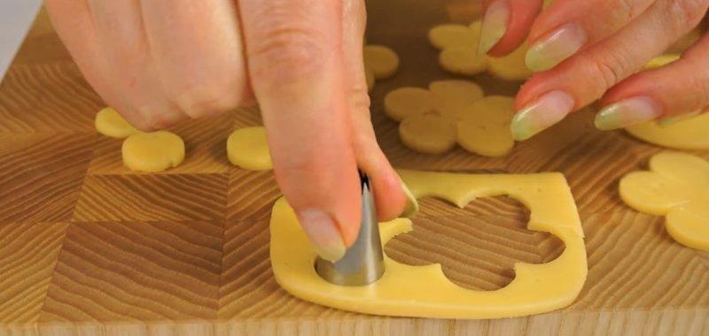 вырезаем из сыра кружок