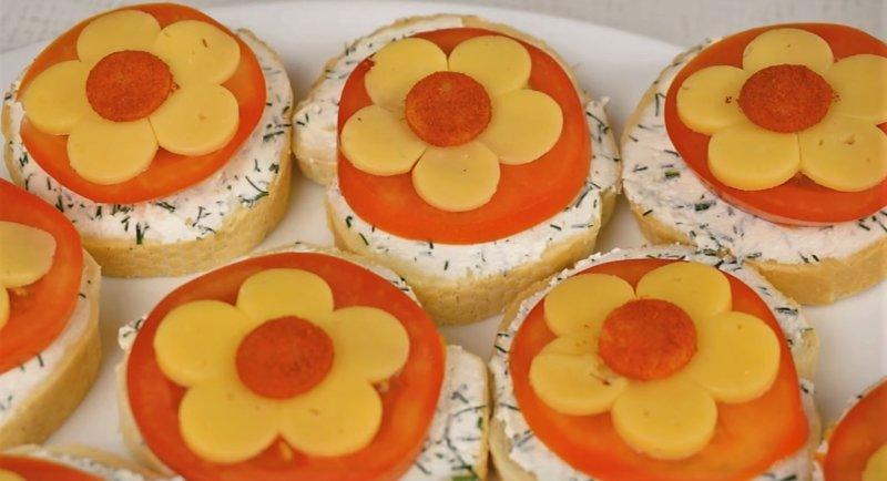 цветы на ломтике хлеба