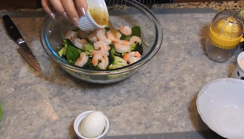 в салат с брокколи кладем креветки