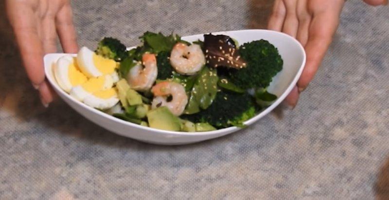 салат из брокколи с креветками