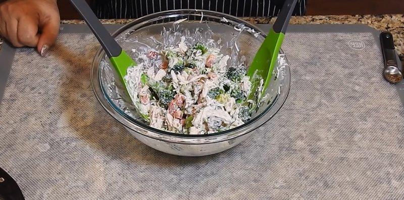салат из брокколи готов
