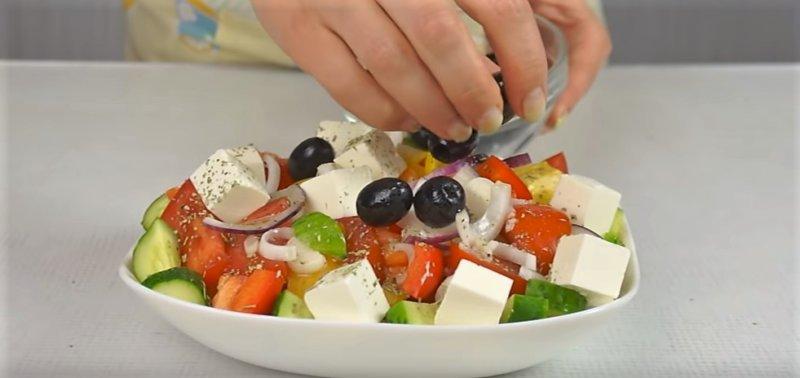 оливки на салате