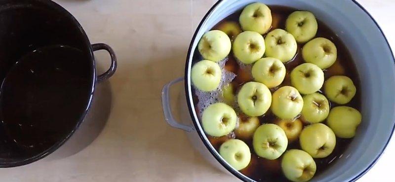 яблоки в ведре с суслом