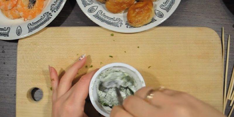 смешивание сыра с зеленью