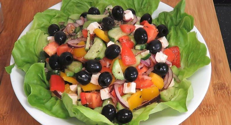 салат в листьях