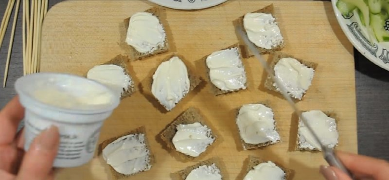 на хлеб мажем сыр