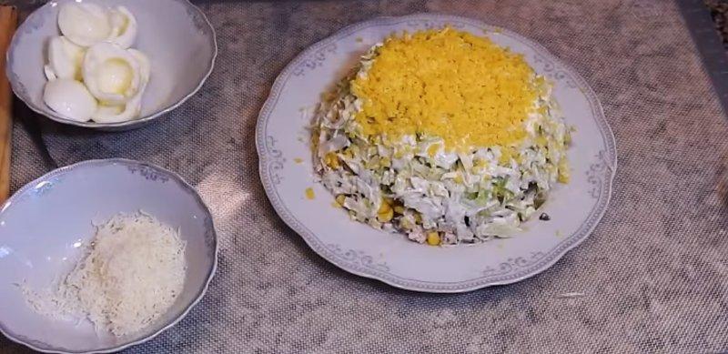 желток в салате