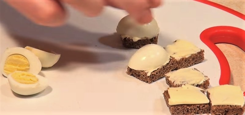 яйцо положить на слой масла
