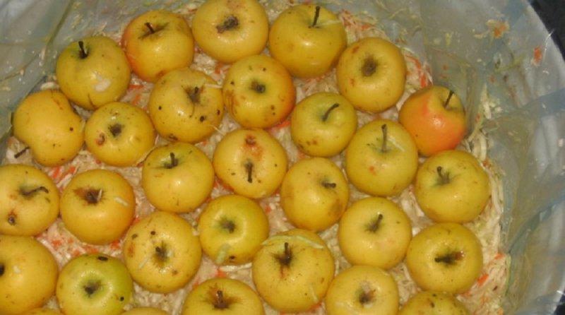 яблоки моченые с капустой
