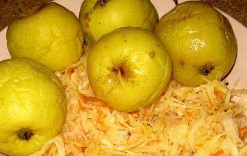 блюдо с мочеными яблоками и капустой
