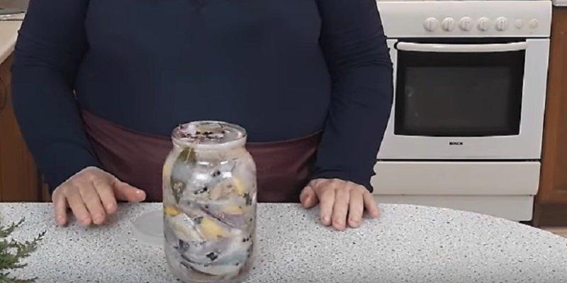 соленая селедка кусочками в банке