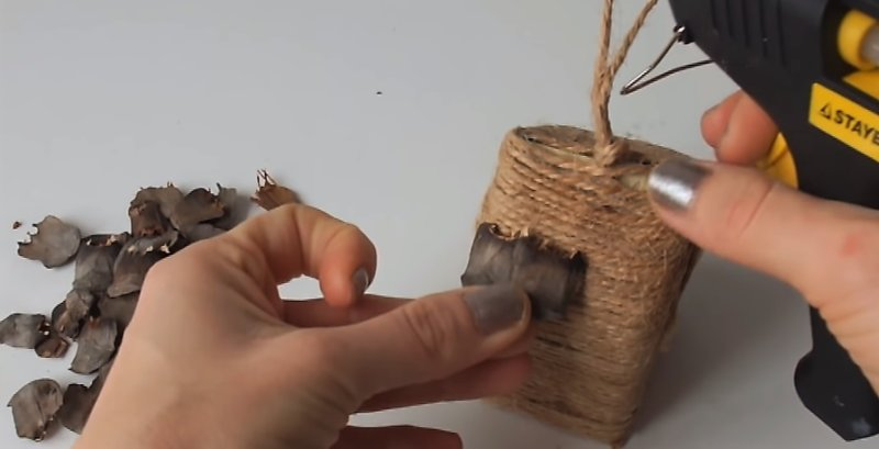 приклеивание чешуек шишки