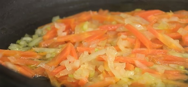 жарить лук и морковь