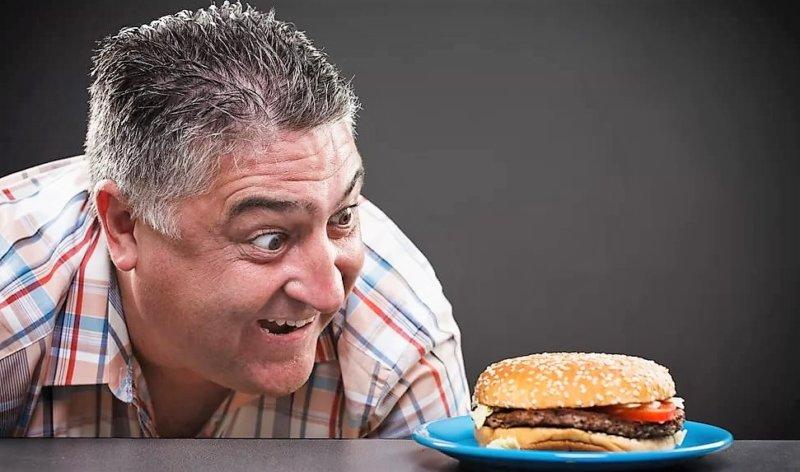 мужчина смотрит на еду