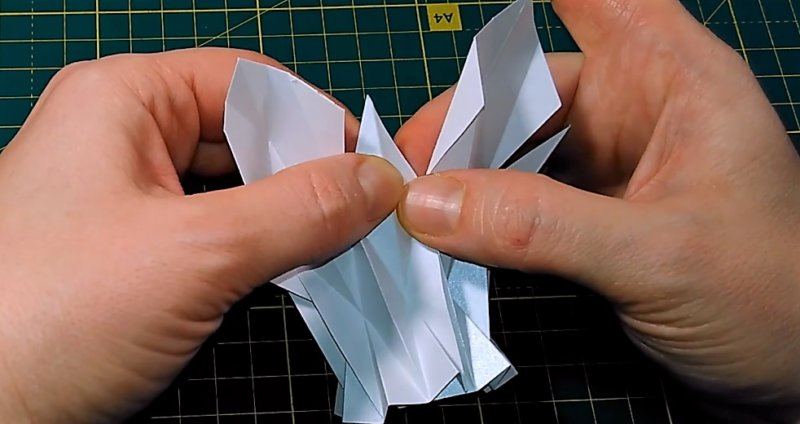 склеить края, чтобы разобраться с вопросом - как сделать объемную снежинку из бумаги