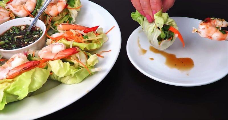 салат в руках