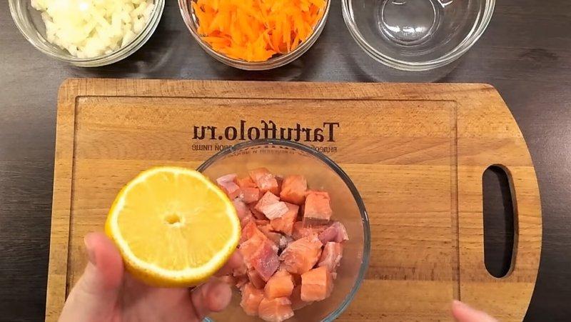 кусочки рыбы полить лимоном