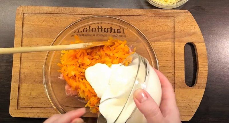 соусом залить рыбу и морковь
