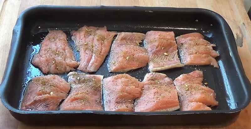 кусочки рыбы на противне