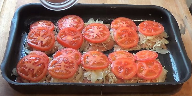 помидоры на луке