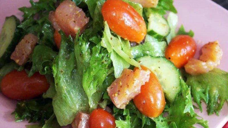 салат из красной рыбы с помидорами и авокадо