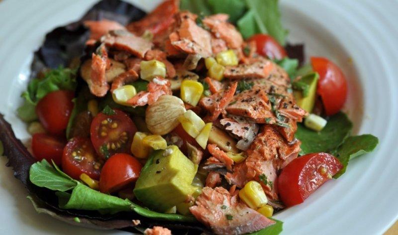 салат из красной рыбы с огурцом