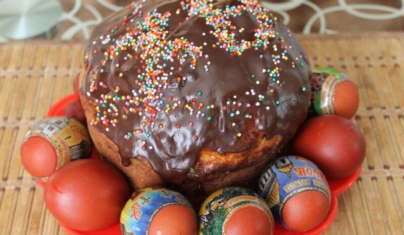 кулич с шоколадной глазурью