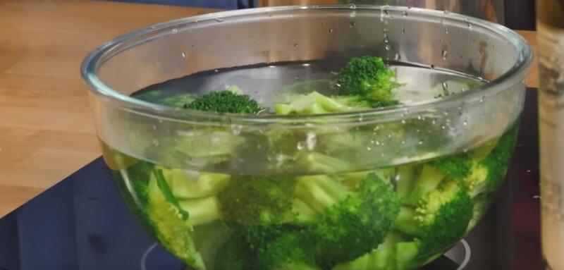 брокколи в холодной воде