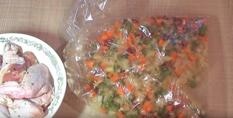 пакет с овощами лежит